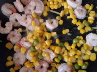 玉米豌豆虾仁,虾仁炒至8分熟,倒入玉米粒和豌豆
