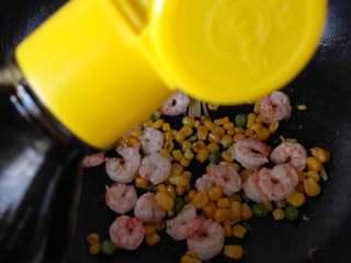 玉米豌豆虾仁,再倒入酱油,一起翻炒,
