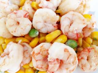 玉米豌豆虾仁,炒均后,关火