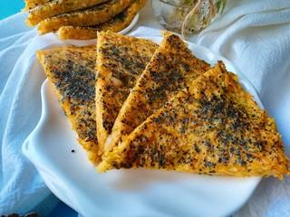 南瓜烙,出锅后切成小三角就可以食用喽