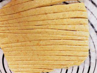 宝宝辅食之补钙小零食—虾条饼干,切成条状。