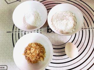 宝宝辅食之补钙小零食—虾条饼干,所有材料准备好,糖和盐我放在低筋面粉里了。虾皮我用的无盐的。