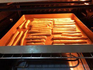 宝宝辅食之补钙小零食—虾条饼干,上下火180度,15分钟,开热风