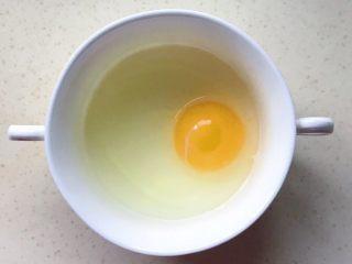 百变鸡蛋+虾扯蛋(小虾米鸡蛋羹),把鸡蛋打入碗中