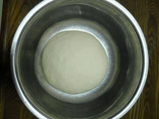 层层酥掉渣的—油酥火烧,中筋粉加酵母、水和成光滑的面团(油酥火烧也可以用不发酵的面,可以不放酵母,我习惯用发面)