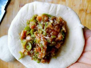 层层酥掉渣的—油酥火烧, 包上馅,我做的芸豆肉。(馅料自己发挥,原方子是里面包的白糖,也可以是肉馅、豆沙馅统统都可以