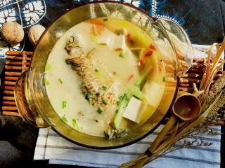 奶白鲫鱼豆腐汤 (鱼汤奶白小窍门)