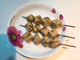 孜然千叶豆腐串,把千叶豆块串成串