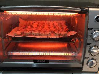 孜然千叶豆腐串,把烤盘放入预热好的烤箱预热,上下火200W烤15分钟