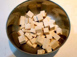 孜然千叶豆腐串,把千叶豆腐切成小块