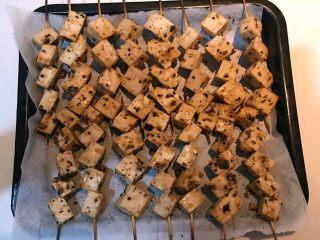 孜然千叶豆腐串,把烤盘取出来给千叶豆串翻面