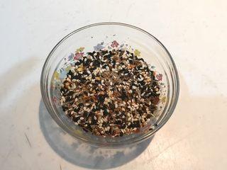 孜然千叶豆腐串,把熟黑白芝麻,精盐,辣椒粉和孜然混合在一起做成香料