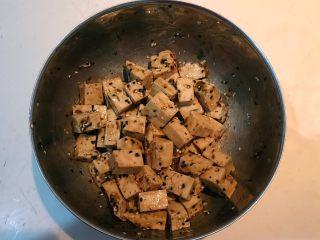 孜然千叶豆腐串,调匀后静止入味20分钟