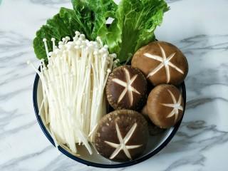 鸳鸯火锅,金针菇用剪去根部清洗干净,和香菇装盘