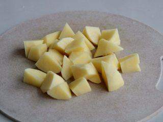 『土豆茄子煲』,土豆去皮洗净滚刀切成小块;