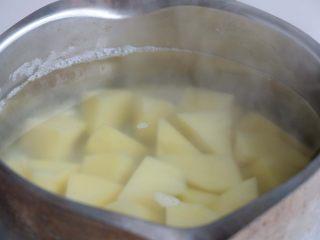 『土豆茄子煲』,土豆开水煮熟,捞出后沥干水分;