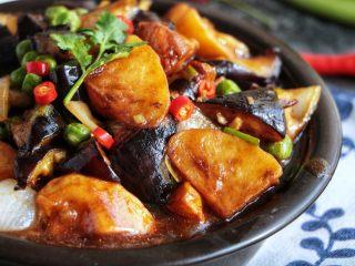 『土豆茄子煲』,这个季节来这样一锅,不仅超级下饭,而且营养丰富 也可以放在砂锅里,开着火边吃边取暖。 啧啧啧。。。。