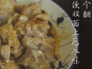 豆豉蒸排骨,❥ 随后热锅,在锅中倒入适量的水,水沸腾时,将腌制好的排骨放置锅中,蒸15分钟