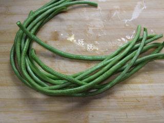 豆角焖面,豆角去蒂,洗干净,豆角要新鲜,不要那种豆子都快成熟的。