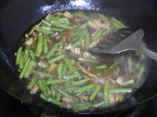 豆角焖面,撒盐,加两碗水煮开。水开后乘三分之二的汤水出来备用,锅内留大约三分之一。