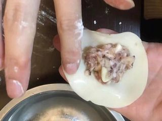 香菇猪肉饺,准备一个饺子皮,用筷子挑一点肉放中间