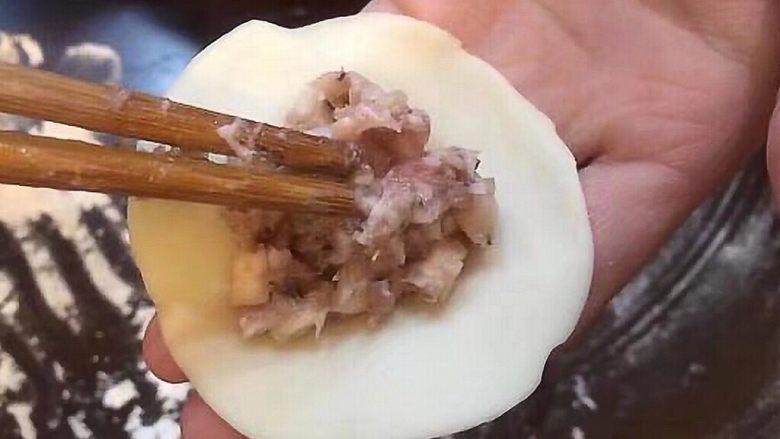 香菇猪肉饺,准备一盆水,用手指沾水,抹边缘