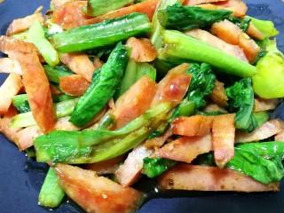 红肠油麦下饭菜,炒好装盘,嘎嘎好吃,一个字香!