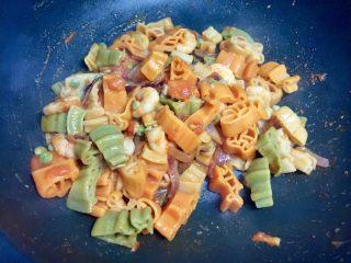 番茄虾仁卡通意面,然后把意面加入炒好的虾仁意面酱中,翻炒均匀