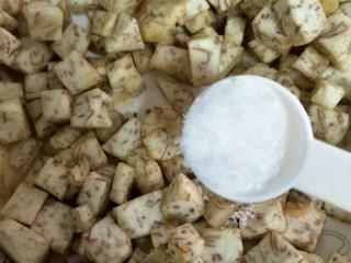 #炒饭秀#芋头炒饭,捞起后加入盐翻拌均匀入味