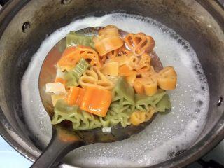 番茄虾仁卡通意面,卡通意面捞出,沥干水份。