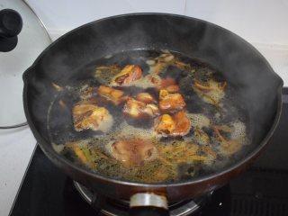 冬季常吃的食材:排骨炖白萝卜,加水没过排骨,大为煮开后转中小火,炖煮20分钟