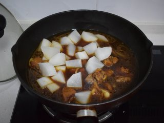 冬季常吃的食材:排骨炖白萝卜,将萝卜放入锅中加盐再炖 15分钟
