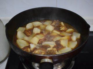 冬季常吃的食材:排骨炖白萝卜,炖煮中的萝卜