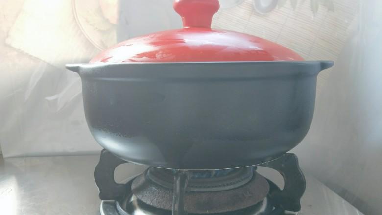 砂锅煲仔饭,大火烧开,然后马上改小火煮至米饭八成熟。