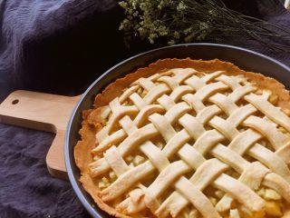 苹果派,完全上色后取出,一盘香喷喷的苹果派完成了,趁热吃口感尤佳哦