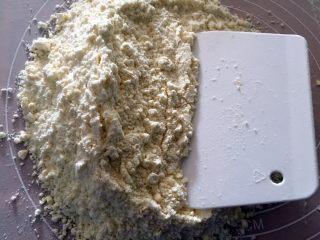 苹果派,用手搓配合用刮板切碎黄油堆砌成小砂粒状