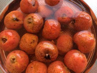 山楂罐头 ,放一天就可以吃了。酸酸甜甜很开胃。