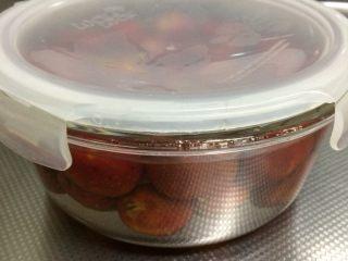 山楂罐头 ,放入糖水中密封。