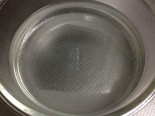 山楂罐头 ,倒入开水将糖溶解。