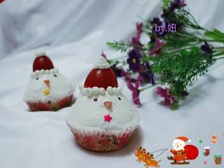 可爱的圣诞杯子蛋糕,上面的圆型裱花奶油是用圆形裱花嘴挤的。可以把袋子剪个口。