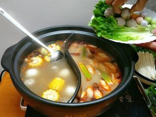 鸳鸯火锅,下入丸子先煮,丸子比较难熟要先放,其它菜现吃现烫