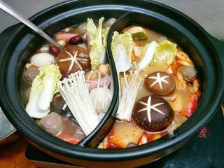 鸳鸯火锅,加入香菇、金针菇