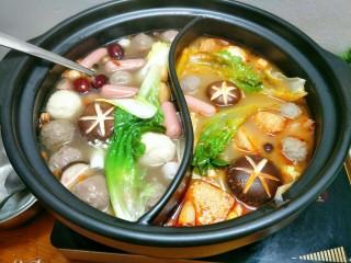 鸳鸯火锅,加入青菜烫熟,一定要现吃现烫才好吃
