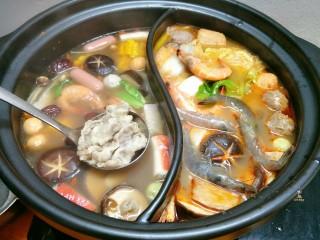 鸳鸯火锅,羔羊肉片直接放在漏勺上,放锅里烫熟捞起