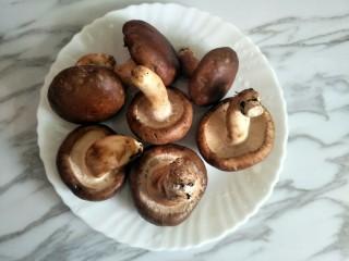 香菇酿肉,香菇要选择稍微大朵的比较容易做