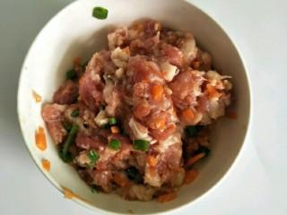 香菇酿肉,加葱花、儿童酱油搅拌均匀