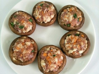 香菇酿肉,用勺子把肉泥填到香菇里