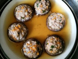 香菇酿肉,蒸熟的香菇汤汁很多