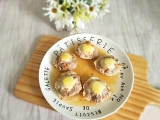 香菇酿肉,还可以像这样打入一个鹌鹑蛋,营养更丰富