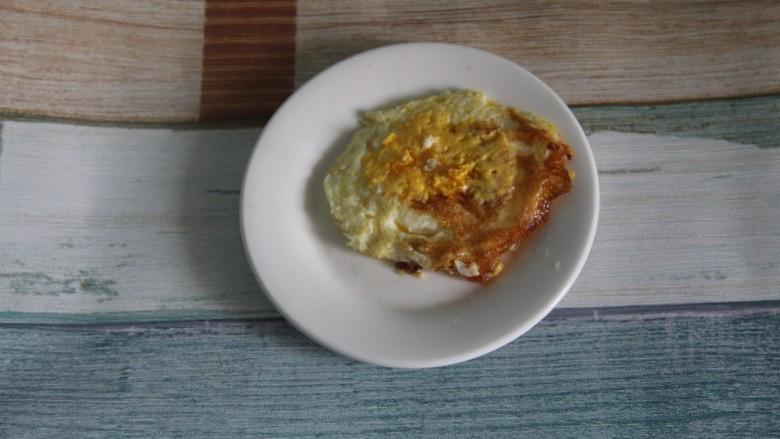 幸福烤鸡脖午餐便当,煎好鸡蛋盛出